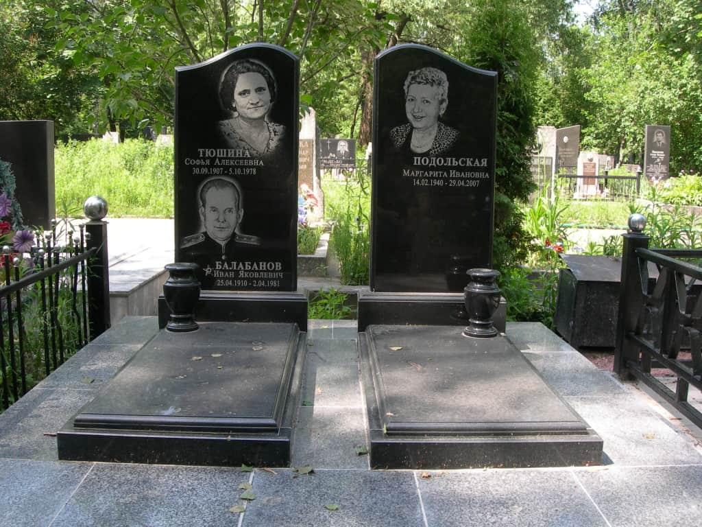 Памятник из гранита на двоих фото